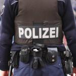 Felvételen, ahogyan német rendőrökre támadnak a migránsok
