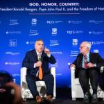 Konzervatív szerző védi Orbánt Applebaummal szemben