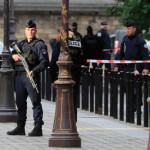 Százezer rendőrt küld Párizs az utcákra
