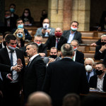 Krumplival és maszk nélkül támadt Jakab a miniszterelnökre