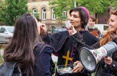 Abortuszellenes szobrot vesznek a vallásgyalázó feministák pénzéből