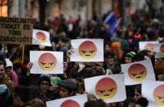 Tüntető és nem tüntető diákoknak
