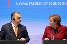 Angela Merkel Orbán mellé állt!