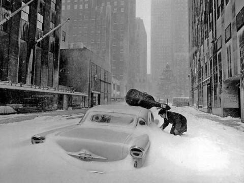 Fotó: Robert Doisneau: Neige à New York - Maurice Baquet en 1960.