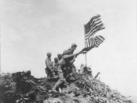 Fotó: Robert R. Campbell: A zászlócsere pillanata, Iwo Jima, 1945. február 23.