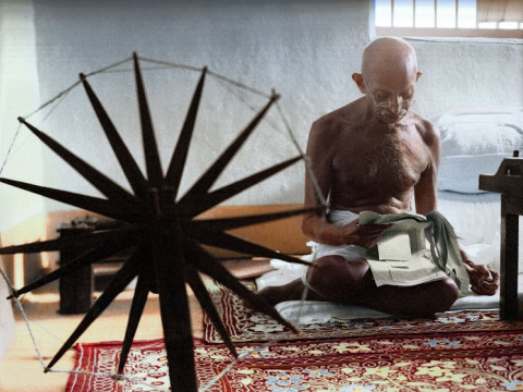Fotó: Margaret Bourke-White: An iconic photograph of Gandhi at a spinning wheel, 1946 © Sanna Dullaway/TIME
