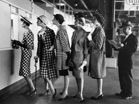 Fotó: Nina Leen: Checked fashions at Roosevelt Raceway's pari-mutuel window, March 1958 © Nina Leen - Life magazine   (forrás: life.com)