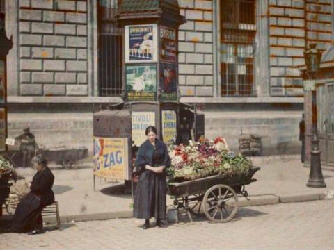 Fotó: Auguste Léon: Virágárus nő, Köztársaság tér, Párizs, 1918 (Wikimedia Commons)