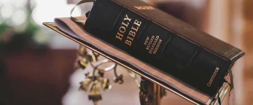Kidobták a tanárt, mert a Bibliából olvasott fel részleteket