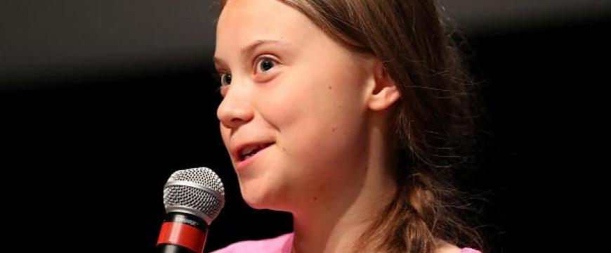 A klímahisztiben szenvedő svéd kislány és az ő lábnyoma
