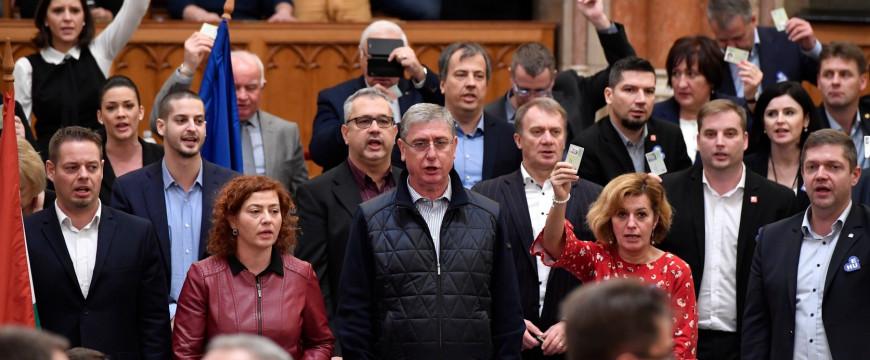 A német sajtó a magyar ellenzék szekerét tolja