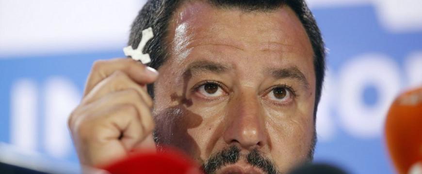 A Vatikán tiltaná a rózsafüzér használatát Salvininek