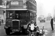 Fotó: Ismeretlen: Motorozó mikulás az Oxford Streeten, London, 1949  (forrás: everyday-i-show.livejournal.com)